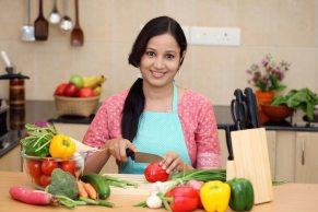 jóven cortando verduras