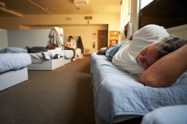 Un hombre acostado en una cama.