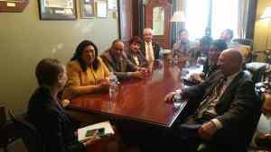 Un grupo de activistas visitando a senadores.