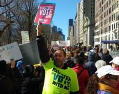 Panorama de un hombre con una pancarta que dice: Vote