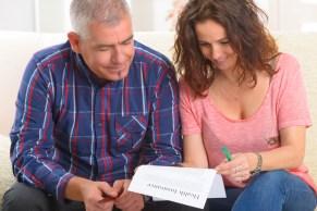 Una pareja llenando la solicitud de seguro de salud