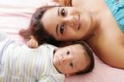 Una mamá sonriendo con su bebé
