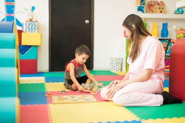 Una madre y su hijo jugando