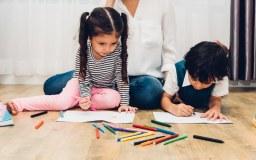 Dos niños pequeños pintando