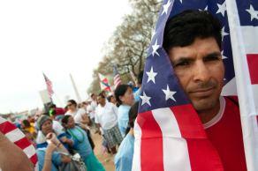 Un hombre con una bandera estadounidense \