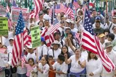 Panorama de protestantes con banderas estadounidense