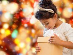 Una niña con su regalo de navidad.