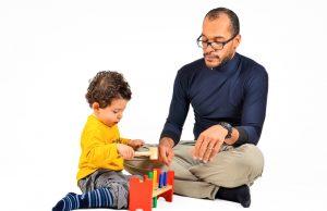 Padre jugando con su hijo
