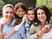 Una familia de cuatro sonriendo