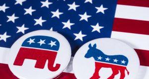 Alfileres democráticos y republicanos encima de una bandera americana