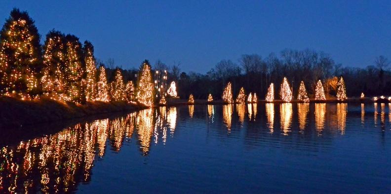 Vista al lago de McAdenville, NC durante Christmas Town USA