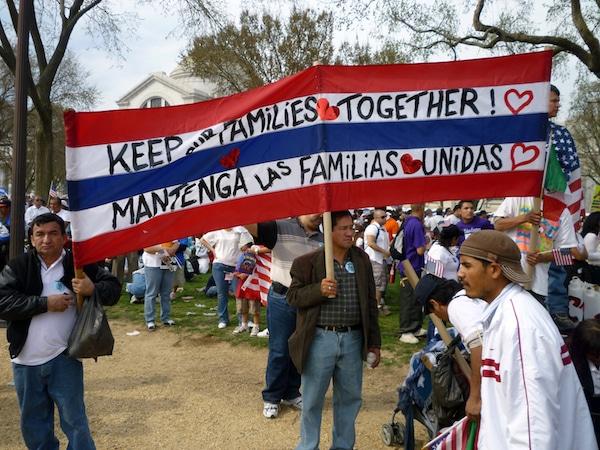 Piden a gobernador que se comprometa a vetar proyecto de ley antiinmigrante