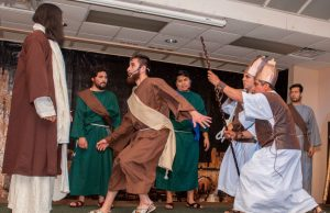 Latinos escenifican con fervor la Pasión de Cristo