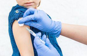 Autoridades piden vacunar a niños ante brote de sarampión
