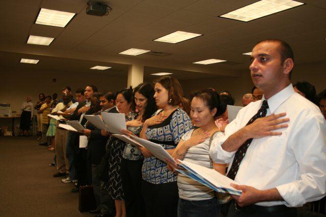 Ofrecen ayuda para llenar formularios migratorios a bajo precio