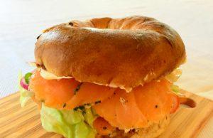 Sandwich de salmón ahumado y queso