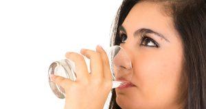¿Agua, jugo o soda? Qué es lo mejor para calmar su sed y mantenerse saludable