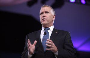 Senador Tillis presenta ley federal para obligar a alguaciles a colaborar con ICE