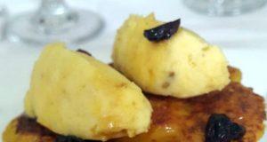 Esponja de cachapa sobre palomitas de maíz caramelizadas y helado