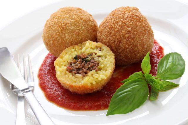 Arancini rellenos de carne a la bolognesa y mozzarella