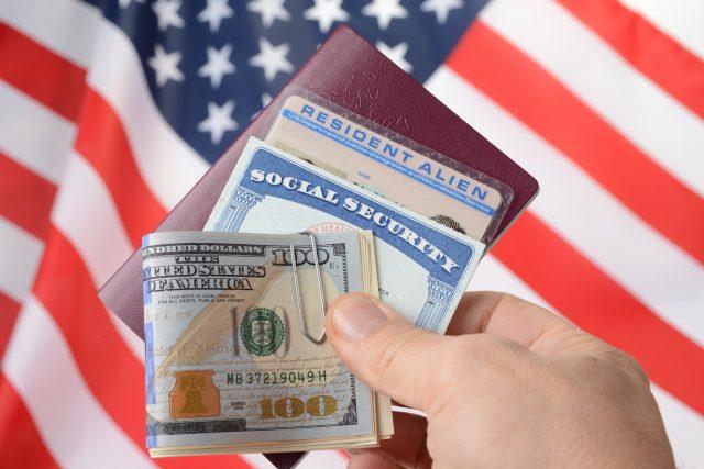 Gobierno negará residencia legal a inmigrantes que usen programas públicos de ayuda