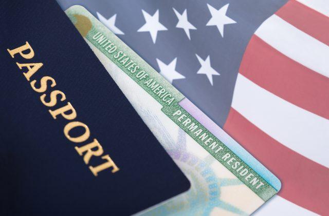 ¿Cómo puede un inmigrante obtener la ciudadanía estadounidense?