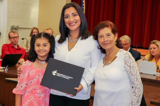 Junta Escolar de Henderson reconoce trabajo de latina en favor de familias inmigrantes