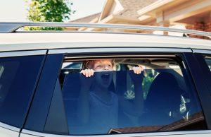 Nunca deje a niños o ancianos solos dentro de un auto