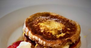 Tostada francesa rellena de jamón, queso y crepe de huevo