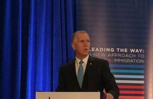 Senador introduce ley nacional contra condados que no colaboren con ICE