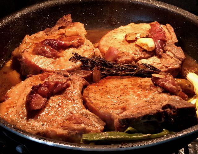 Chuletones de cerdo en reducción de salsa de frutas