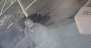 Piden ayuda para encontrar a hombre que intentó robar establecimiento latino