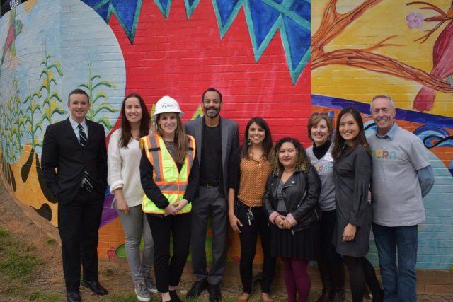 La Ciudad y la comunidad celebran la diversidad de Charlotte con nuevo mural sobre los inmigrantes