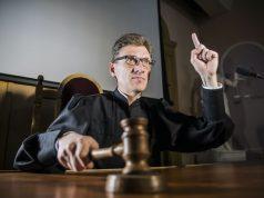 Juez bloquea plan de negar visas a inmigrantes que no puedan probar que tienen seguro de salud