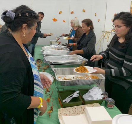 Cientos de familias disfrutan de cena comunitaria por el Día de Acción de Gracias
