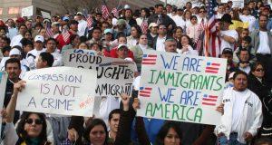 Más de 50 ciudades y condados se oponen a los aumentos de tarifas a trámites migratorios