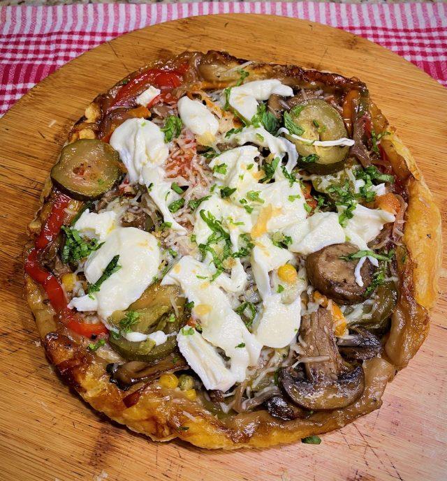 Pizza volteada de hojaldre y mixtura de vegetales