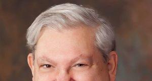 Lloyd Scher como miembro de la Junta de Comisionados