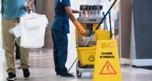 Cuando los empleadores de Charlotte aumentan el salario mínimo, los trabajadores por contrato a menudo quedan excluidos