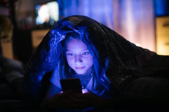 La excesiva exposición a la luz azul de aparatos