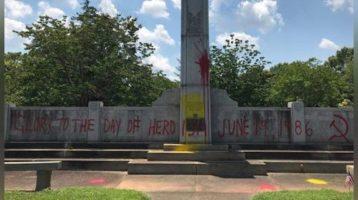 Charlotte: vandalizan monumento con grafitis procomunistas